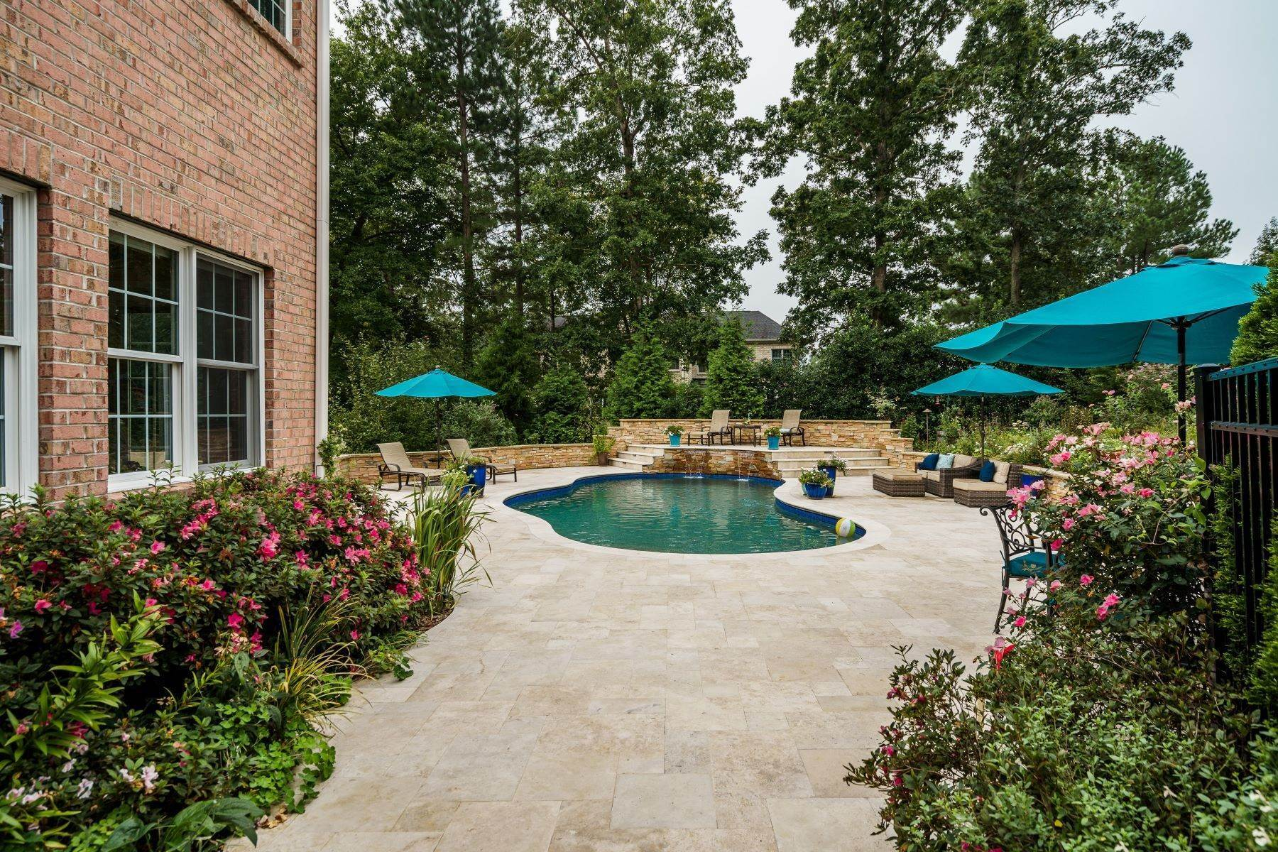 38. Single Family Homes for Sale at Beautiful Stately Home in The Oaks at Meadowridge 4705 Brook Top Court Raleigh, North Carolina 27606 United States