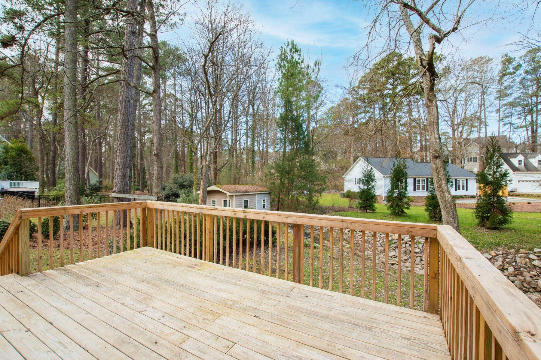28. Single Family Homes for Sale at Valley Estates Cape Cod 6225 Dresden Lane Raleigh, North Carolina 27612 United States