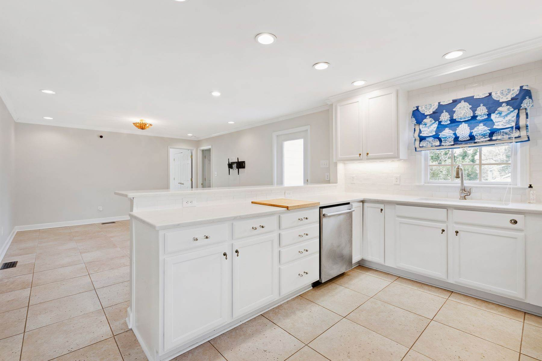 13. Single Family Homes for Sale at Wonderfully Remodeled Ranch in Villa Park 2027 Reaves Drive Raleigh, North Carolina 27608 United States