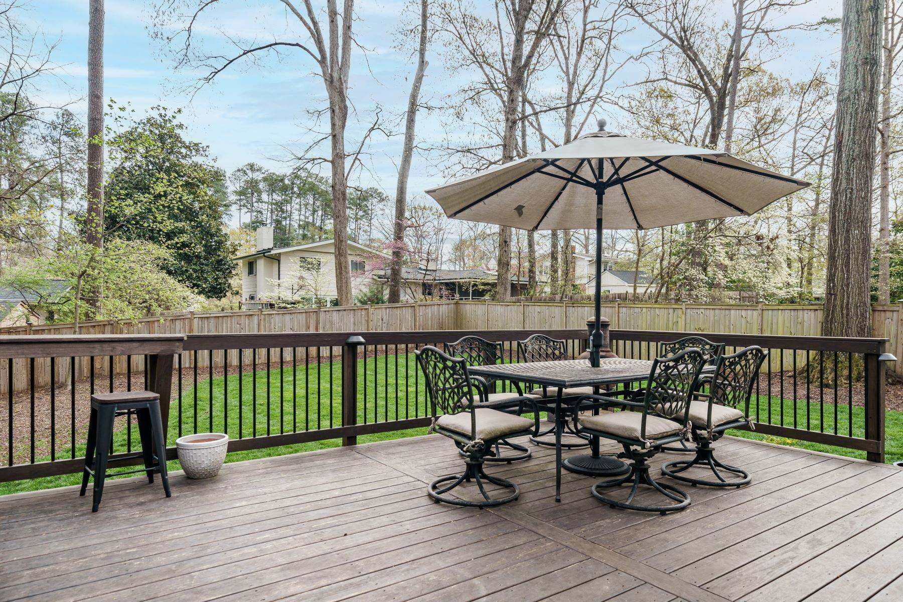 28. Single Family Homes for Sale at Wonderfully Updated North Hills Split Level 4512 Pamlico Drive Raleigh, North Carolina 27612 United States