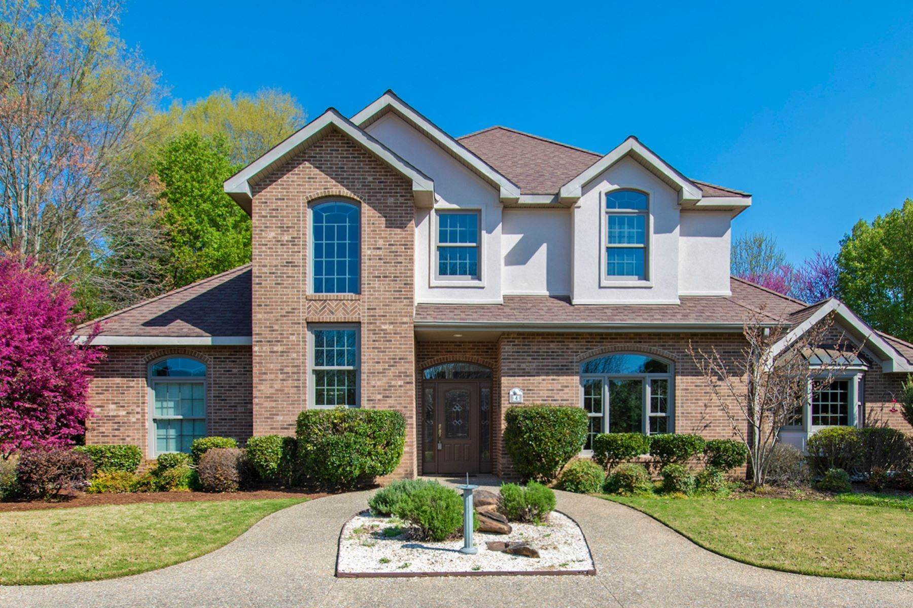 Single Family Homes for Sale at Stunning Executive Home in Croasdaile Farm, Durham, North Carolina, USA 4 Crepe Myrtle Place Durham, North Carolina 27705 United States