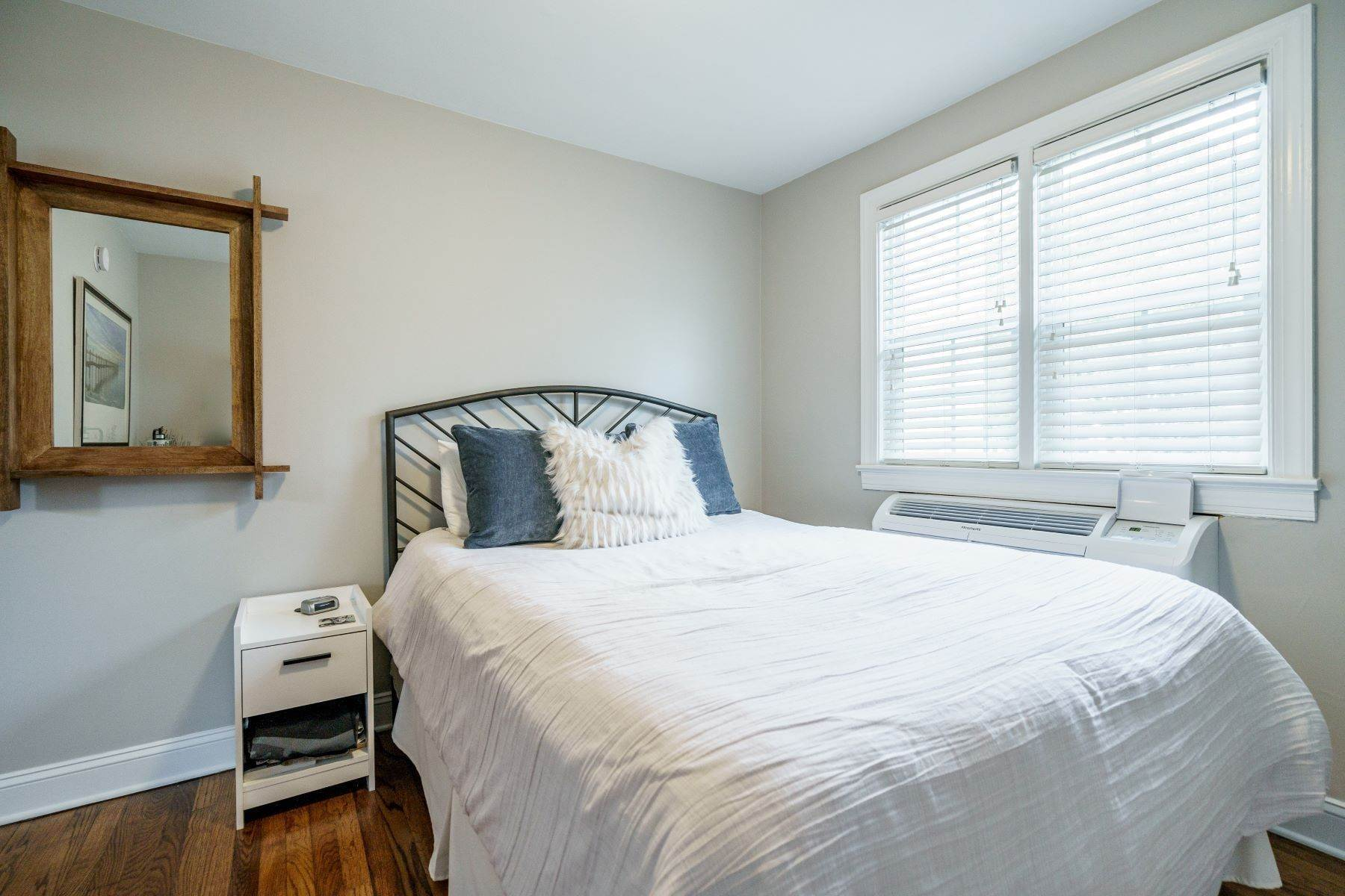 12. Condominiums for Sale at 979 St. Mary's St Unit A Raleigh, North Carolina 27605 United States