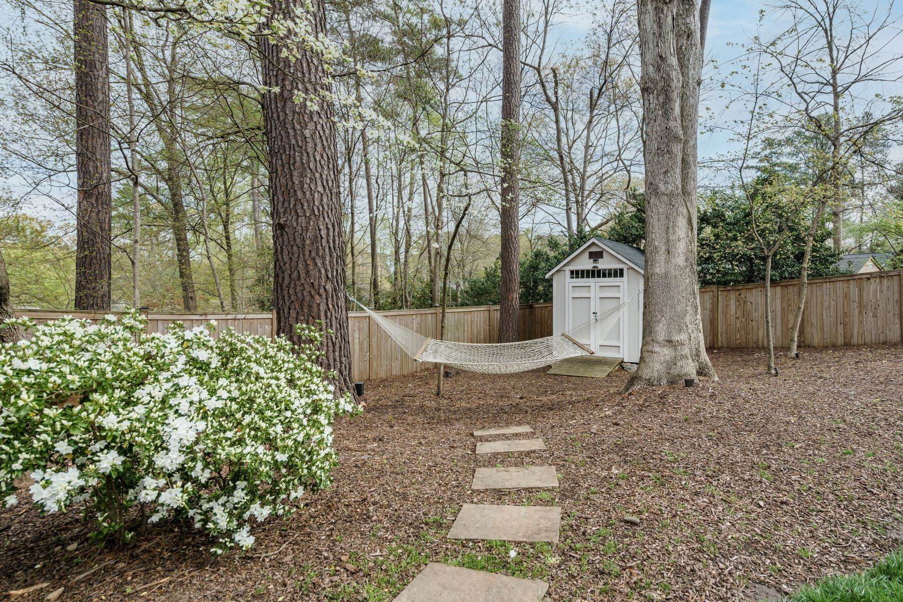 31. Single Family Homes for Sale at Wonderfully Updated North Hills Split Level 4512 Pamlico Drive Raleigh, North Carolina 27612 United States