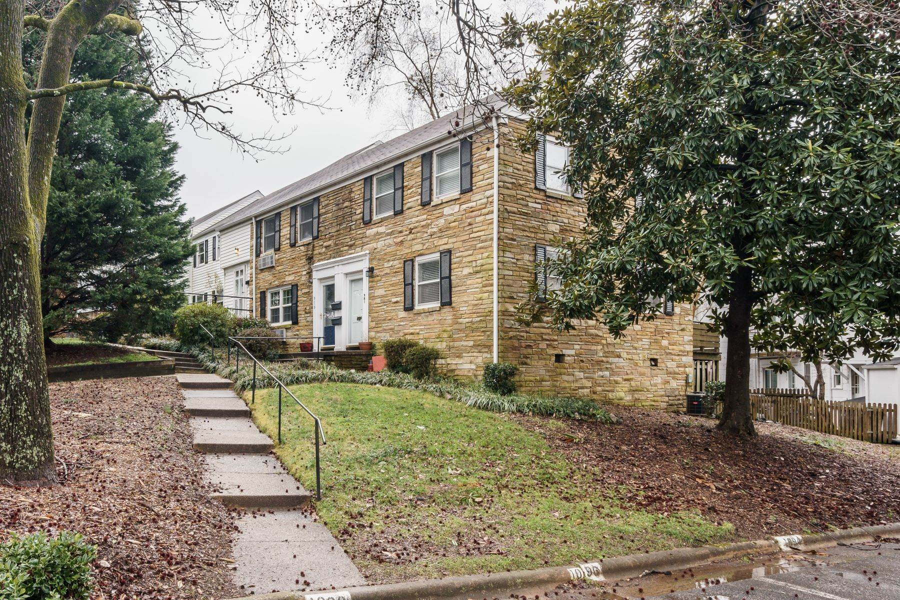 16. Condominiums for Sale at 979 St. Mary's St Unit A Raleigh, North Carolina 27605 United States