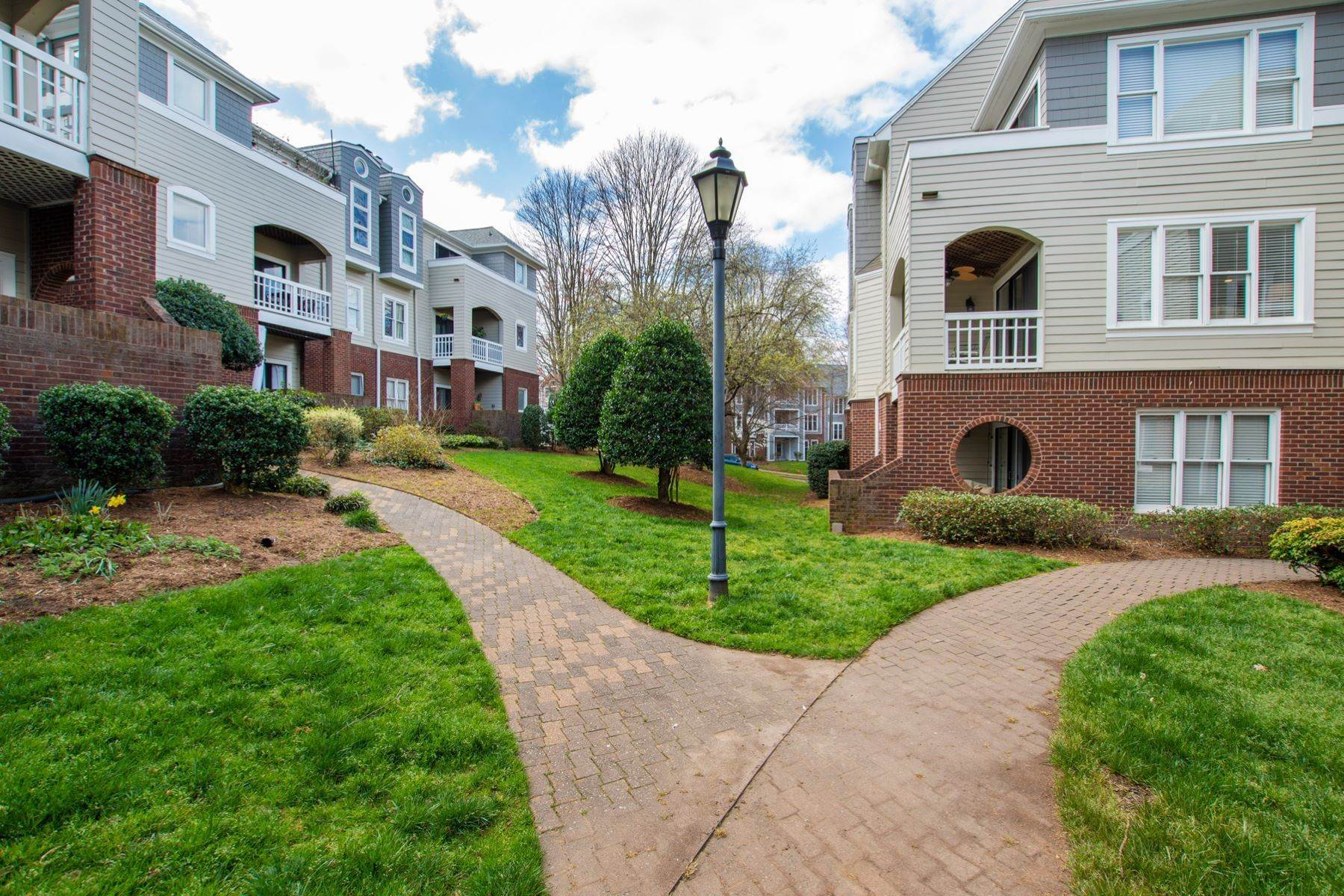 14. Condominiums for Sale at 1021 Brighthurst Drive #204 Raleigh, North Carolina 27605 United States