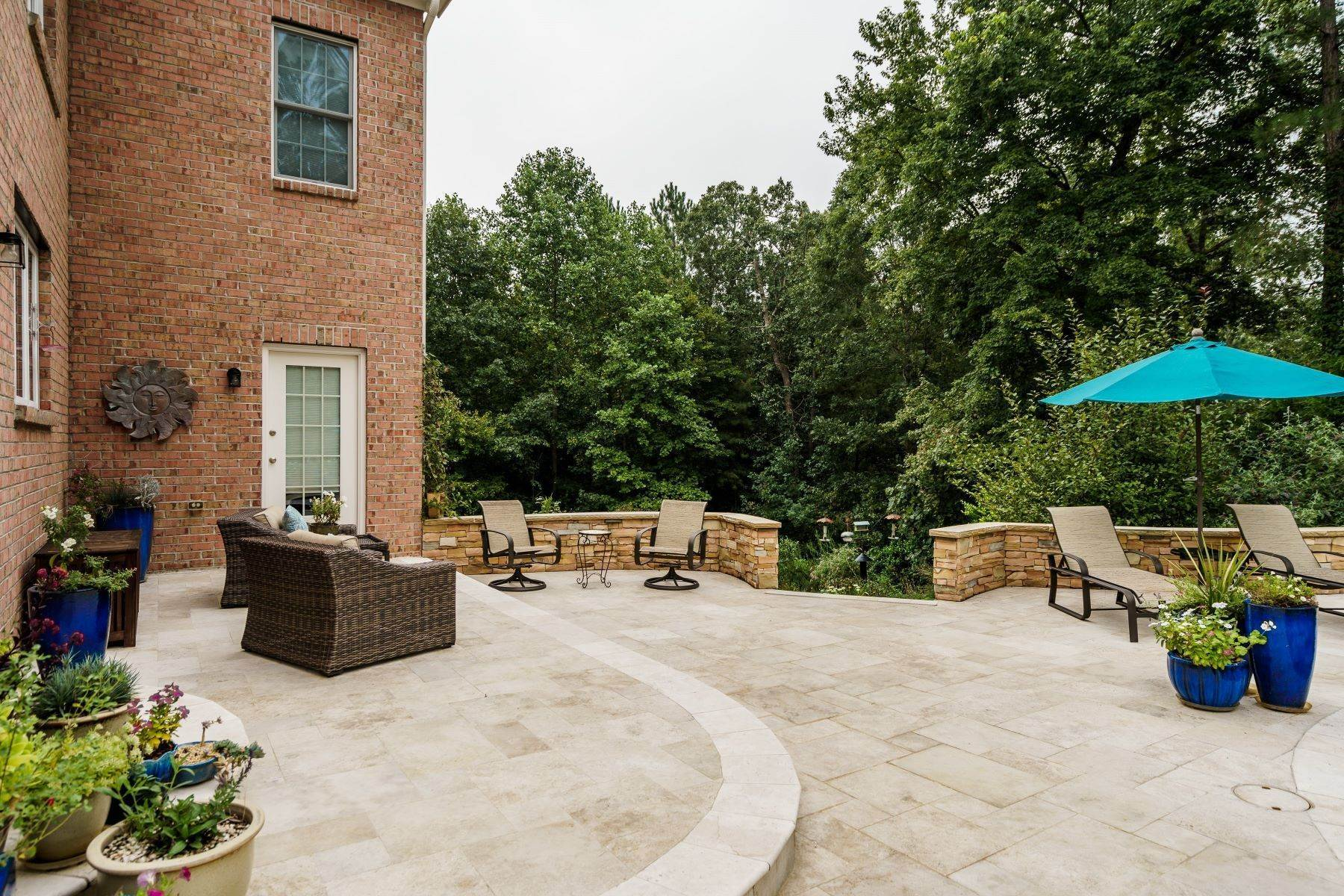 40. Single Family Homes for Sale at Beautiful Stately Home in The Oaks at Meadowridge 4705 Brook Top Court Raleigh, North Carolina 27606 United States
